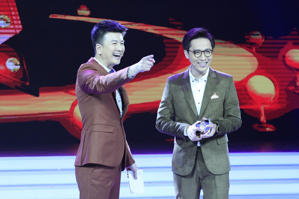 相声演员李鸣宇欢乐主持《欢乐秀》.jpg