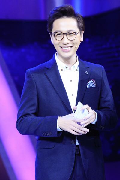 相声演员李鸣宇主持《欢乐秀》.jpg