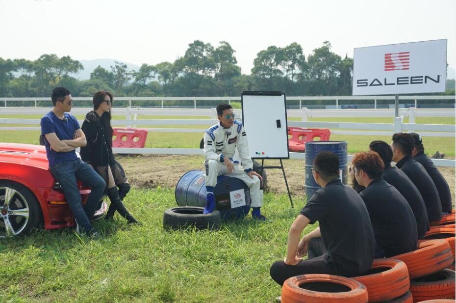 《中国赛车手之菜鸟驾道》王晓麟博士跟学员打成一片.jpg