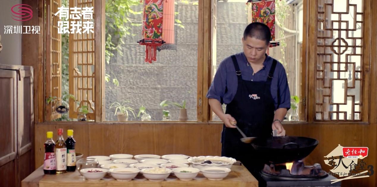 成都同福社料理人展示招牌菜鳝鱼面做法.jpg