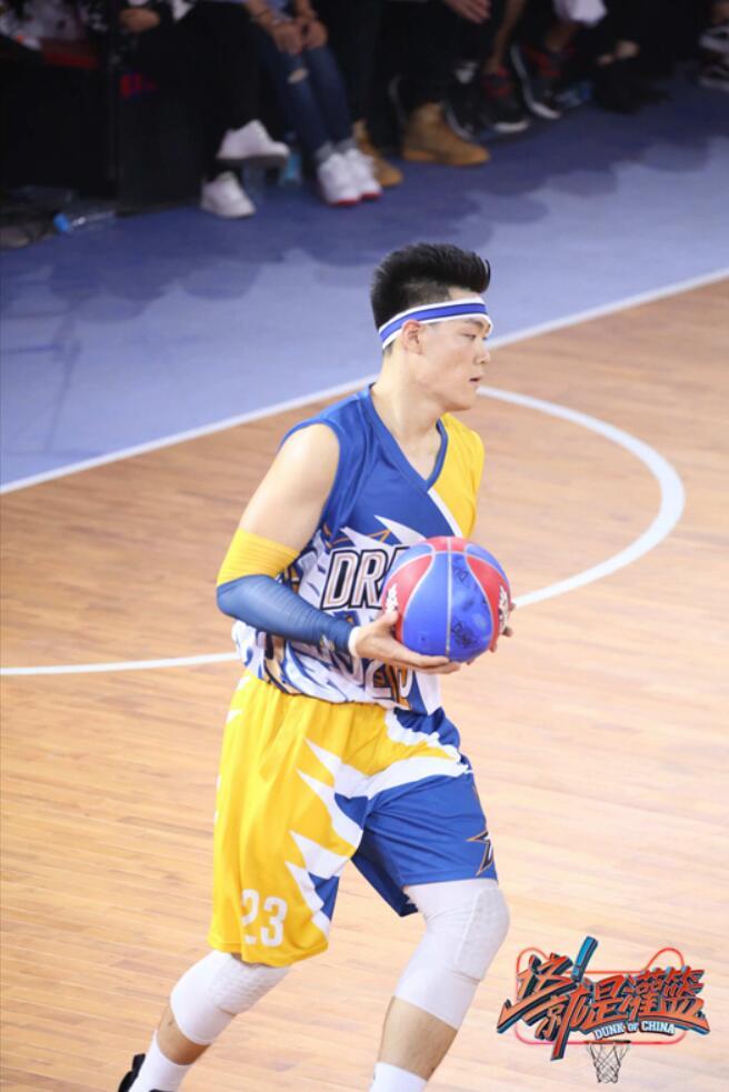 张宁手拿篮球.jpg