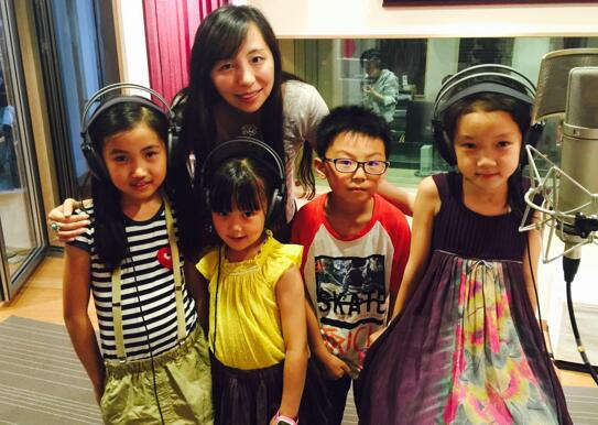 刘可欣和孩子们.jpg