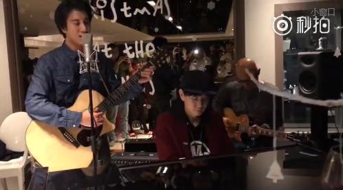 王力宏和林俊杰弹唱《White Christmas》.png