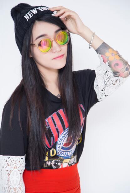 花臂歌手杜小爱发出新年祝愿 年后网络推新歌