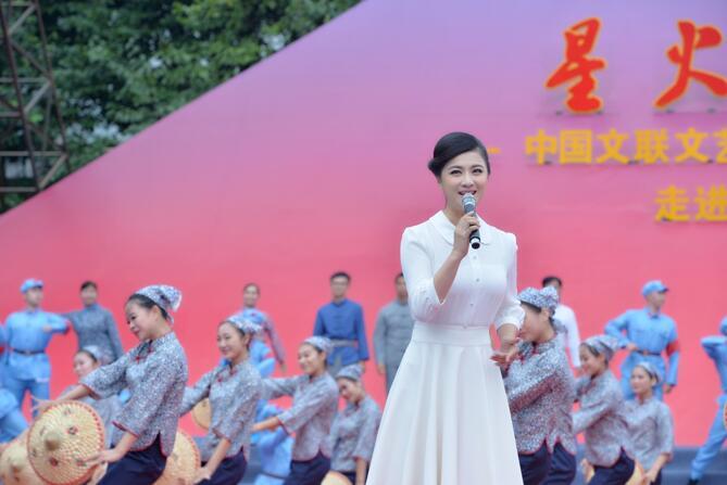 中国文联文艺志愿团走进井冈山 张柏菡唱响红色经典