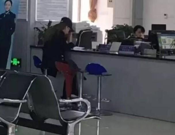 方媛现身办理港澳通行证.jpg