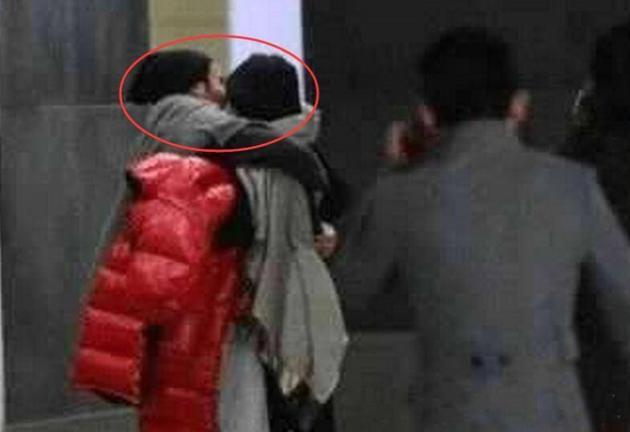 疑似杨幂刘恺威当街热吻被拍.jpg