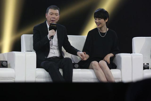 冯小刚与徐帆牵手秀恩爱.png