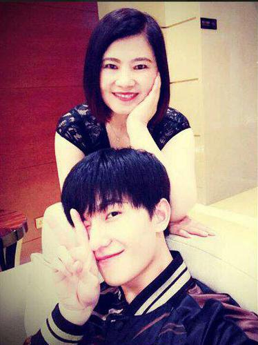 杨洋和妈妈.jpg