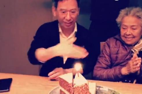 郭采洁爸爸过生日手扇蜡烛超萌.png