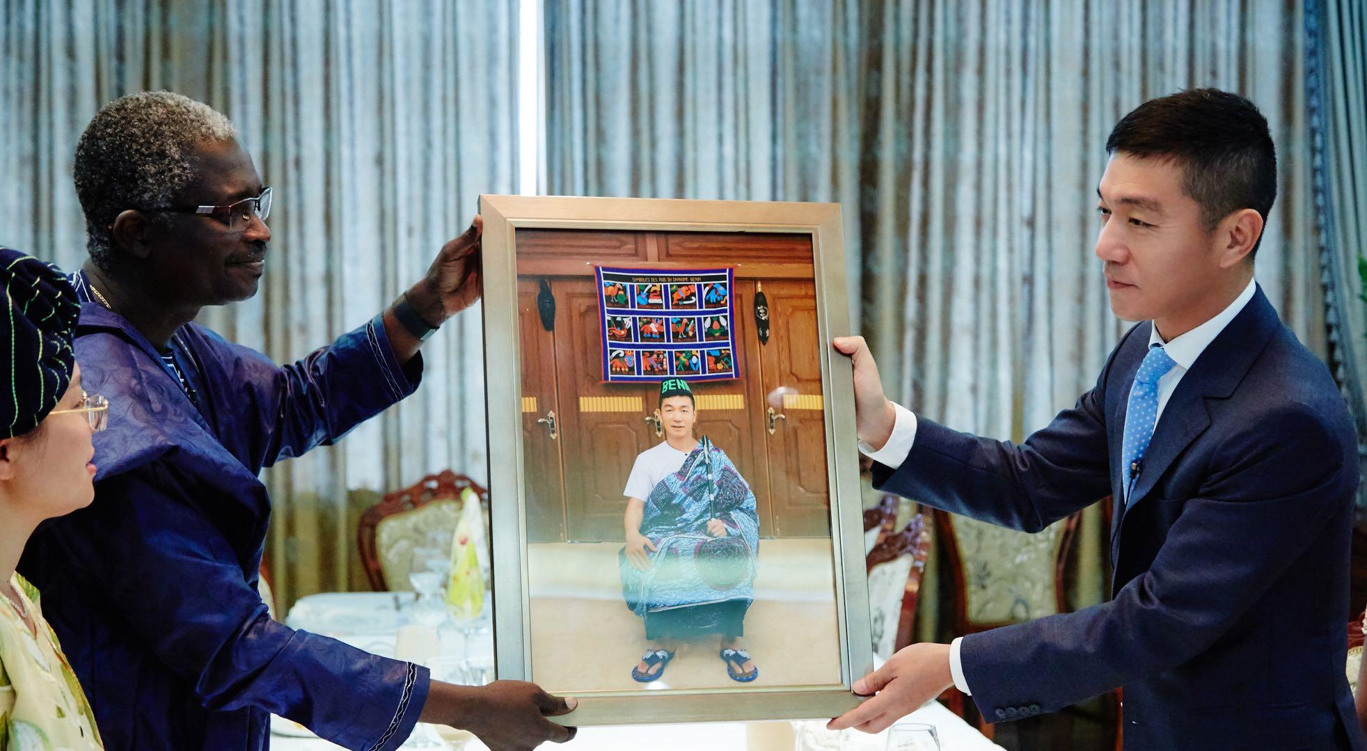 大使赠照片.jpg