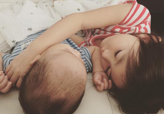 李小鹏女儿和儿子.jpg