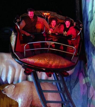贝克汉姆带女儿及3个儿子玩云霄飞车.jpg