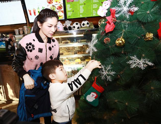 安吉挂圣诞树.jpg