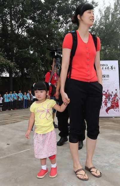 姚明的妻子叶莉和女儿.jpg