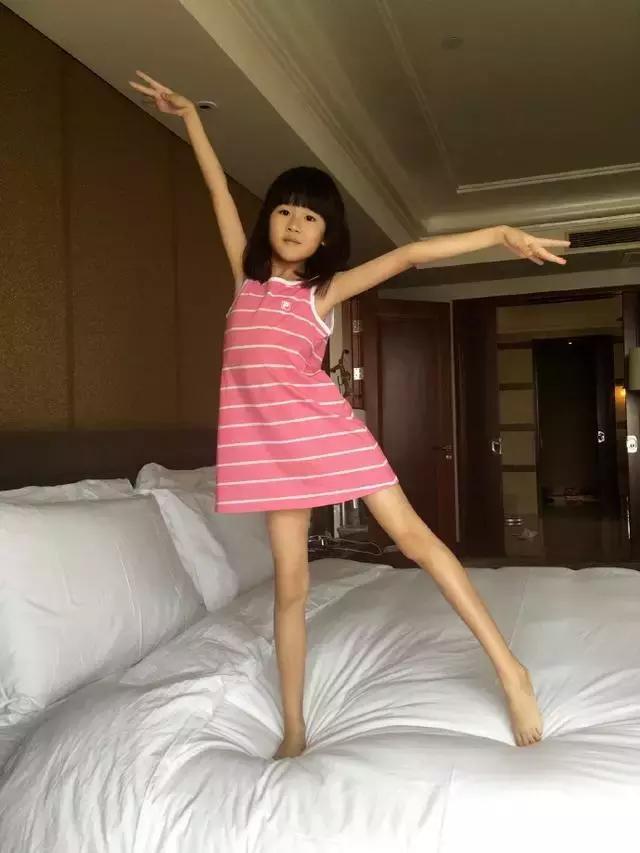 陆毅女儿贝儿的大长腿.jpg