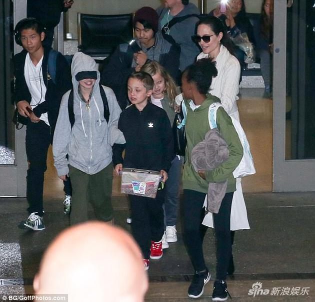安吉丽娜-朱莉(Angelina Jolie)与孩子们.jpg