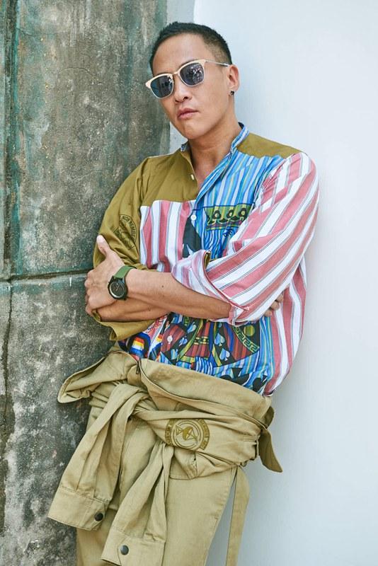 何润东身穿扑克牌印花的撞色条纹衬衫.jpg