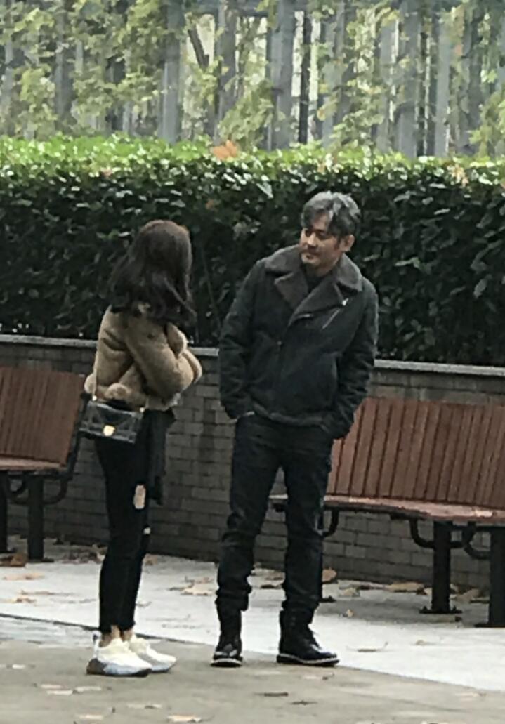 吴秀波Angelababy新戏被偶遇 开心热聊CP感十足6.jpg