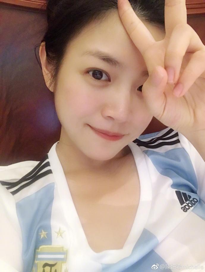 陈妍希身穿阿根廷队服自拍.jpg